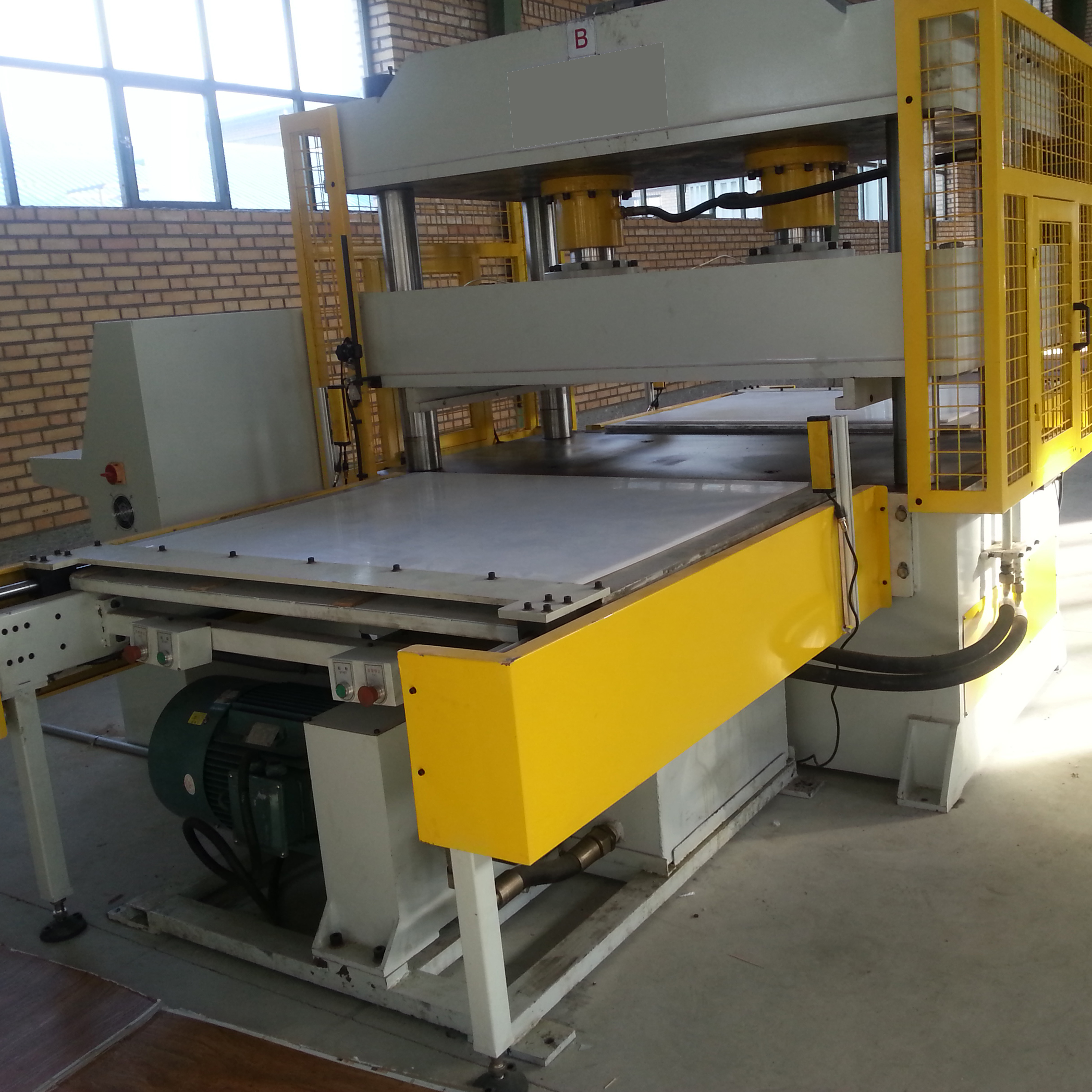 Cutting Machine For PVC Floor Tiles Production